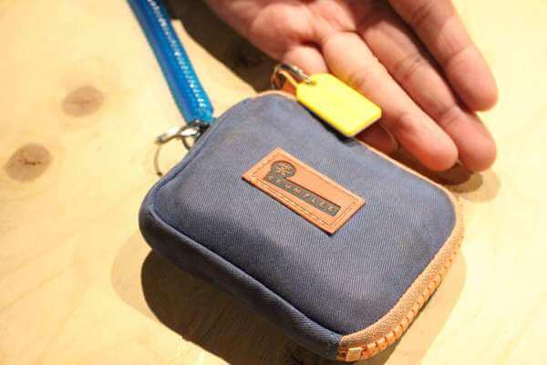 黄色いMAMORIOをつけた小林さんの財布