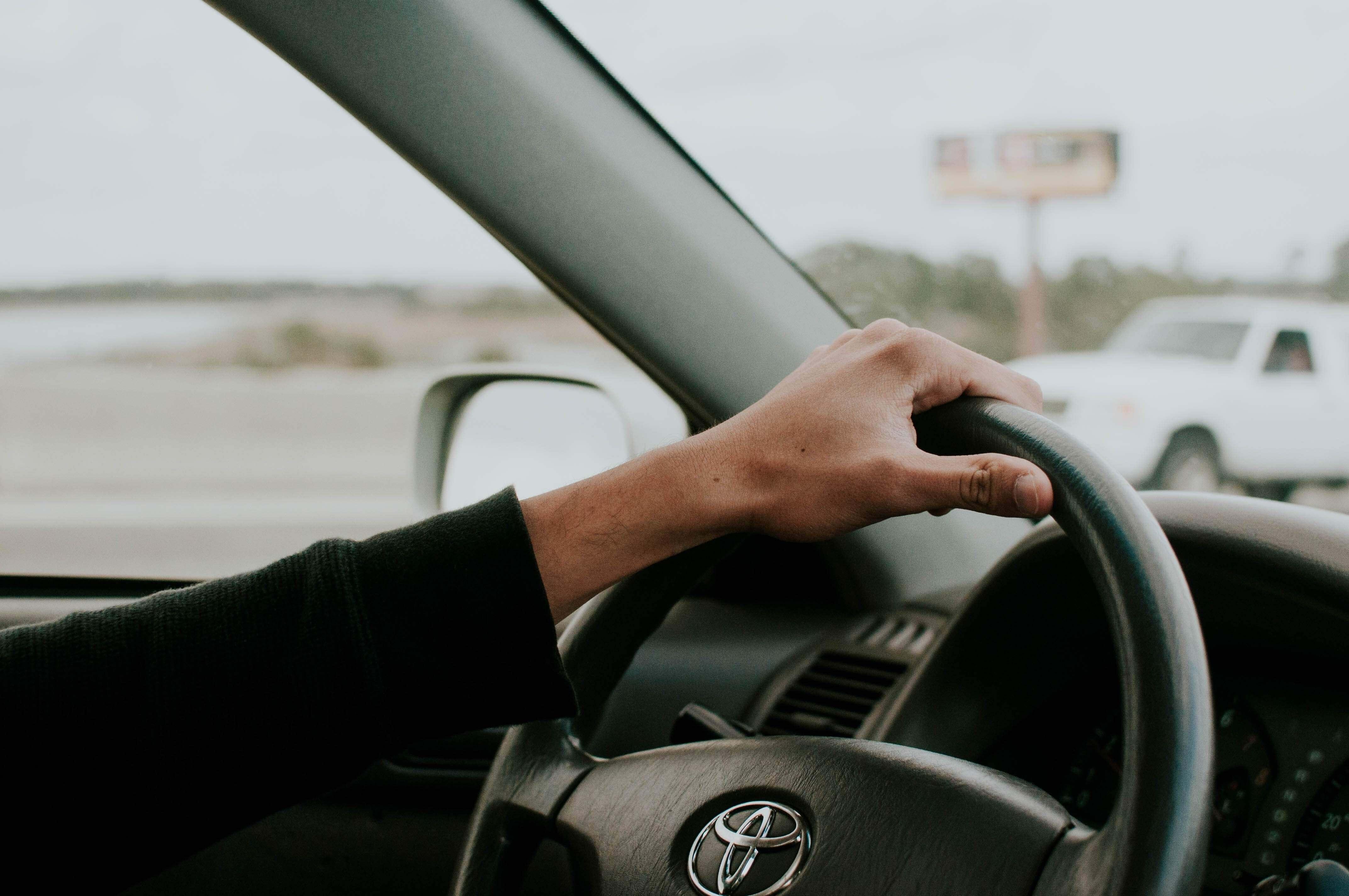 トヨタ車を運転する人